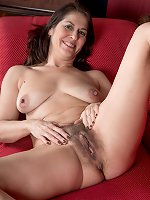 Mature nature Kaysy showing off her hairy cooch